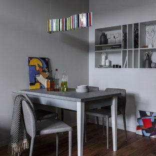 Новые идеи обустройства дома: столовая в современном стиле с серыми стенами, темным паркетным полом и коричневым полом