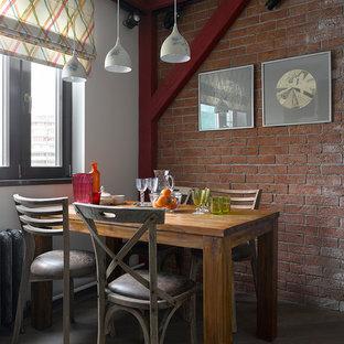 Стильный дизайн: столовая в стиле лофт с белыми стенами, темным паркетным полом и коричневым полом - последний тренд