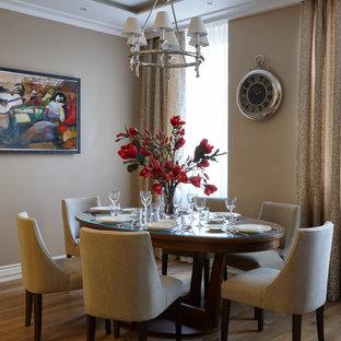 Неиссякаемый источник вдохновения для домашнего уюта: большая гостиная-столовая в стиле современная классика с бежевыми стенами и паркетным полом среднего тона