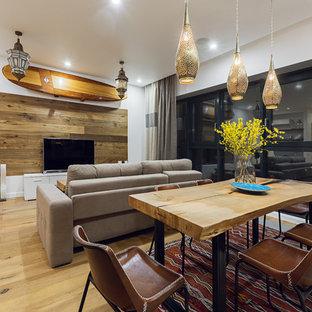 Выдающиеся фото от архитекторов и дизайнеров интерьера: столовая в стиле фьюжн с белыми стенами и светлым паркетным полом