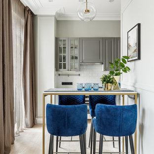 Стильный дизайн: маленькая кухня-столовая в стиле неоклассика (современная классика) с серыми стенами, светлым паркетным полом и бежевым полом - последний тренд