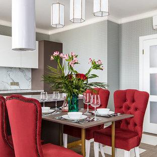 Неиссякаемый источник вдохновения для домашнего уюта: гостиная-столовая среднего размера в современном стиле с серыми стенами и разноцветным полом