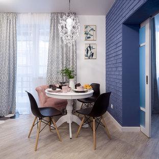 Стильный дизайн: маленькая кухня-столовая в стиле неоклассика (современная классика) с синими стенами, полом из винила и бежевым полом - последний тренд