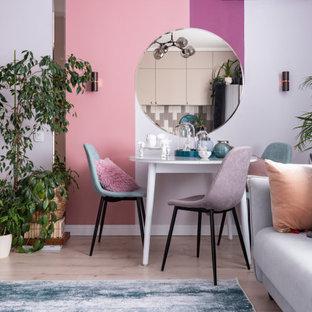 Свежая идея для дизайна: столовая в современном стиле с розовыми стенами, светлым паркетным полом и бежевым полом - отличное фото интерьера