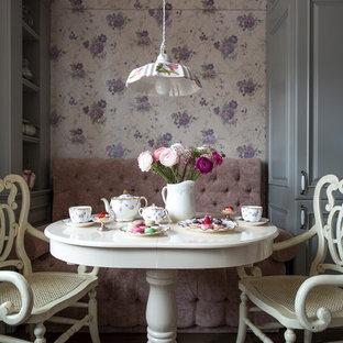 Свежая идея для дизайна: столовая среднего размера в викторианском стиле с полом из керамогранита, разноцветными стенами и коричневым полом - отличное фото интерьера