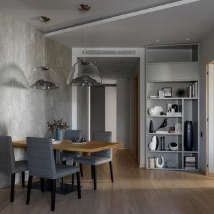 Идея дизайна: большая гостиная-столовая в скандинавском стиле с серыми стенами, светлым паркетным полом и бежевым полом