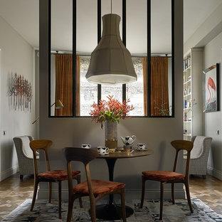 Источник вдохновения для домашнего уюта: гостиная-столовая в стиле модернизм с серыми стенами, паркетным полом среднего тона и коричневым полом