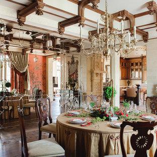 Неиссякаемый источник вдохновения для домашнего уюта: отдельная столовая в викторианском стиле с бежевыми стенами и паркетным полом среднего тона