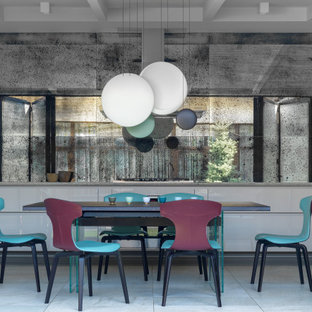 Пример оригинального дизайна: столовая в современном стиле с серыми стенами, серым полом и сводчатым потолком