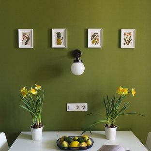 Ispirazione per una sala da pranzo aperta verso la cucina scandinava di medie dimensioni con pareti verdi, pavimento in laminato e pavimento marrone