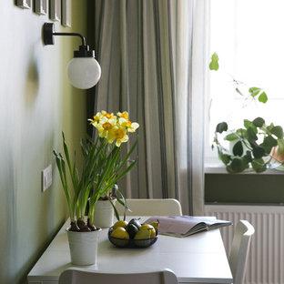 Idee per una sala da pranzo aperta verso la cucina scandinava di medie dimensioni con pareti verdi, pavimento in laminato e pavimento marrone
