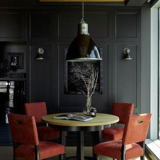 На фото: столовая в классическом стиле с черными стенами, светлым паркетным полом и бежевым полом
