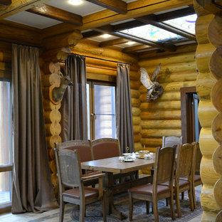 Удачное сочетание для дизайна помещения: столовая среднего размера в стиле рустика с полом из керамической плитки и коричневыми стенами - самое интересное для вас