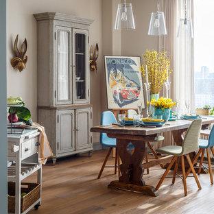 Пример оригинального дизайна: гостиная-столовая в стиле фьюжн с бежевыми стенами, светлым паркетным полом и бежевым полом
