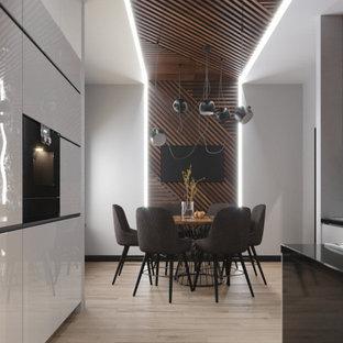 На фото: кухни-столовые среднего размера в современном стиле с белыми стенами, светлым паркетным полом и бежевым полом