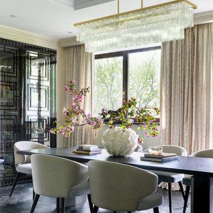Свежая идея для дизайна: столовая в стиле неоклассика (современная классика) с бежевыми стенами, темным паркетным полом и черным полом - отличное фото интерьера