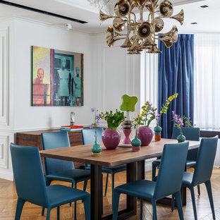 Идея дизайна: гостиная-столовая в стиле современная классика с белыми стенами, паркетным полом среднего тона и коричневым полом
