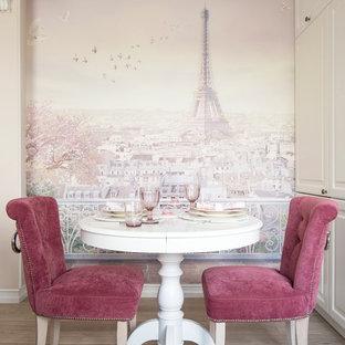 Diseño de comedor clásico renovado, pequeño, con paredes rosas y suelo de madera en tonos medios