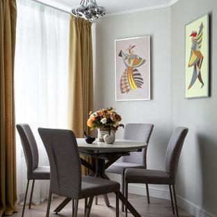 Идея дизайна: маленькая столовая в стиле современная классика с серыми стенами, темным паркетным полом и коричневым полом без камина