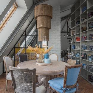 На фото: столовая в современном стиле с серыми стенами, паркетным полом среднего тона и коричневым полом с