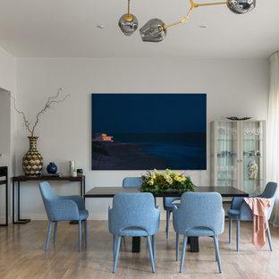 Пример оригинального дизайна интерьера: гостиная-столовая в современном стиле с белыми стенами, светлым паркетным полом и бежевым полом