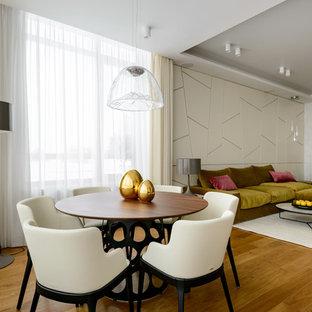 Неиссякаемый источник вдохновения для домашнего уюта: столовая в современном стиле с белыми стенами, паркетным полом среднего тона и коричневым полом без камина