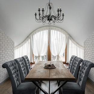 Идея дизайна: отдельная столовая в современном стиле с белыми стенами и темным паркетным полом без камина