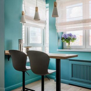 Пример оригинального дизайна: гостиная-столовая в современном стиле с зелеными стенами и паркетным полом среднего тона
