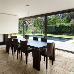 Неиссякаемый источник вдохновения для домашнего уюта: столовая в современном стиле с бежевыми стенами, двусторонним камином, фасадом камина из металла и бежевым полом