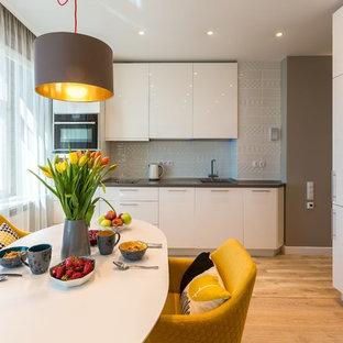 Свежая идея для дизайна: кухня-столовая в современном стиле с серыми стенами, светлым паркетным полом и бежевым полом - отличное фото интерьера