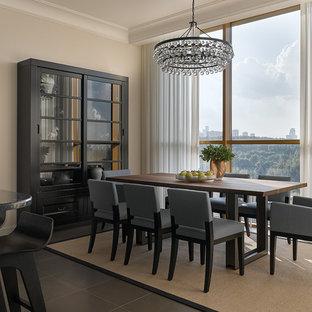 Immagine di una sala da pranzo aperta verso la cucina design con parquet chiaro e pareti beige