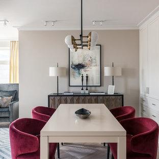 Неиссякаемый источник вдохновения для домашнего уюта: гостиная-столовая в стиле современная классика с бежевыми стенами, коричневым полом и светлым паркетным полом