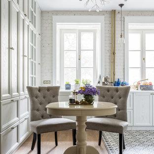 Неиссякаемый источник вдохновения для домашнего уюта: маленькая кухня-столовая в стиле современная классика с белыми стенами и светлым паркетным полом