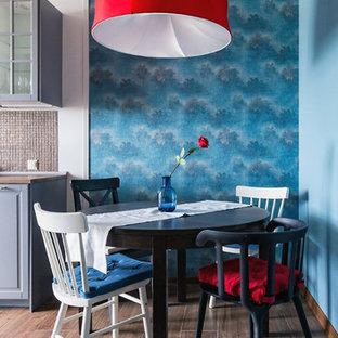 Пример оригинального дизайна: кухня-столовая в стиле фьюжн с синими стенами и темным паркетным полом