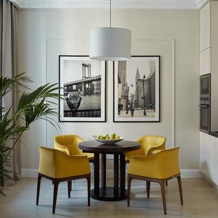 Создайте стильный интерьер: кухня-столовая в современном стиле с бежевыми стенами, светлым паркетным полом и бежевым полом - последний тренд