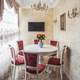 Идея дизайна: маленькая отдельная столовая в викторианском стиле с бежевыми стенами, полом из керамической плитки и коричневым полом