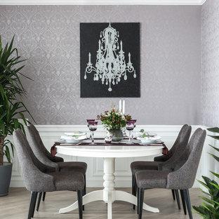 Foto di una sala da pranzo chic con pareti viola e pavimento beige