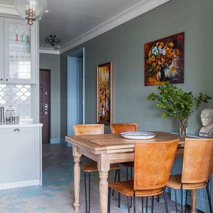 На фото: столовая в стиле современная классика с разноцветным полом и зелеными стенами без камина