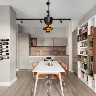 Пример оригинального дизайна: кухня-столовая в современном стиле с серыми стенами, светлым паркетным полом и бежевым полом