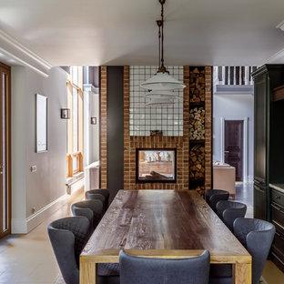 Неиссякаемый источник вдохновения для домашнего уюта: кухня-столовая в средиземноморском стиле с белыми стенами, двусторонним камином, фасадом камина из кирпича и бежевым полом