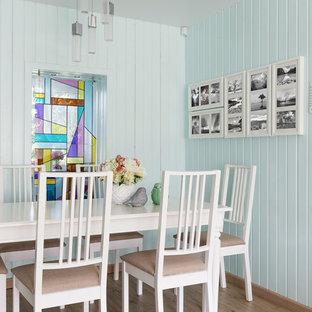 Modelo de comedor actual, pequeño, abierto, con paredes verdes, suelo vinílico y suelo beige