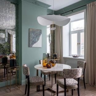Пример оригинального дизайна: столовая в стиле неоклассика (современная классика) с зелеными стенами, паркетным полом среднего тона и коричневым полом