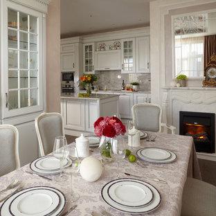 Свежая идея для дизайна: большая кухня-столовая в классическом стиле с стандартным камином и фасадом камина из камня - отличное фото интерьера