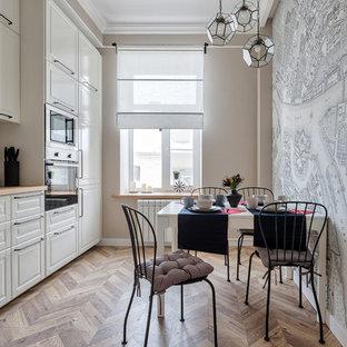На фото: маленькие кухни-столовые в классическом стиле с разноцветными стенами и светлым паркетным полом без камина