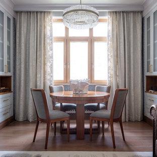 Стильный дизайн: гостиная-столовая среднего размера в стиле современная классика с паркетным полом среднего тона без камина - последний тренд