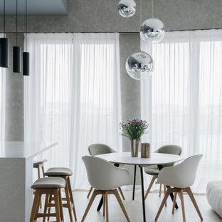 Пример оригинального дизайна интерьера: гостиная-столовая в современном стиле с серыми стенами, светлым паркетным полом и бежевым полом без камина