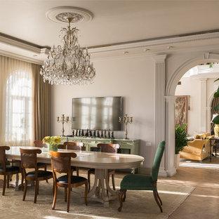 На фото: отдельная столовая в викторианском стиле с белыми стенами, паркетным полом среднего тона и коричневым полом с