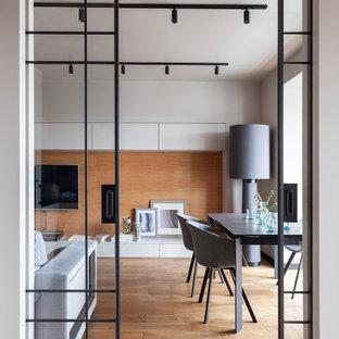 Идея дизайна: отдельная столовая среднего размера в современном стиле с серыми стенами, полом из травертина и бежевым полом