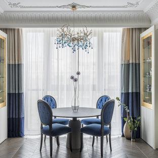 Неиссякаемый источник вдохновения для домашнего уюта: столовая среднего размера в стиле современная классика с бежевыми стенами, темным паркетным полом и коричневым полом