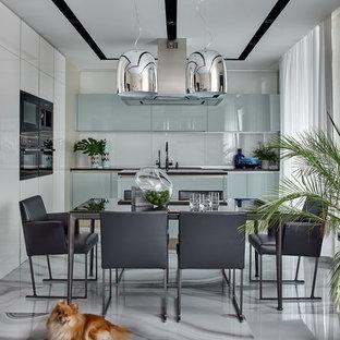 Неиссякаемый источник вдохновения для домашнего уюта: большая кухня-столовая в современном стиле с белыми стенами и полом из керамогранита